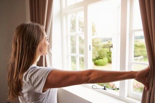 Mujer abriendo la ventana