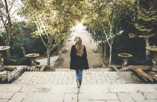 Mujer bajando escaleras de un parque