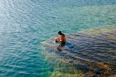 Mujer bañándose en el mar sola