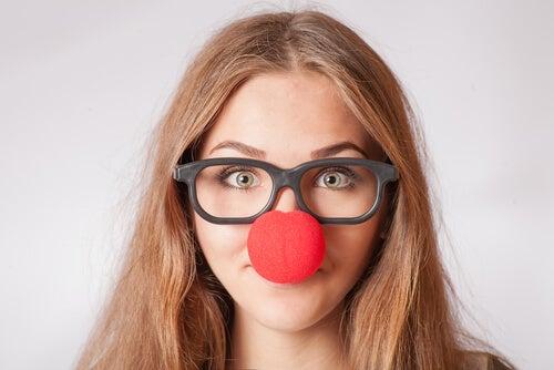 Mujer con gafas y nariz de payaso