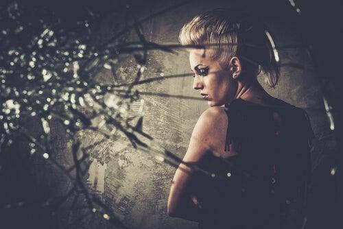 Mujer con ira y odio que ha roto un cristal