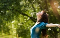 Adoro esos instantes a solas donde pensar en todo y nada Mujer-con-las-manos-abiertas-disfrutando-de-la-naturaleza-205x130