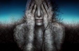 Mujer con las manos sobre la cara pensando