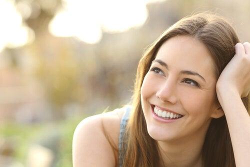 Mujer con sonrisa sincera