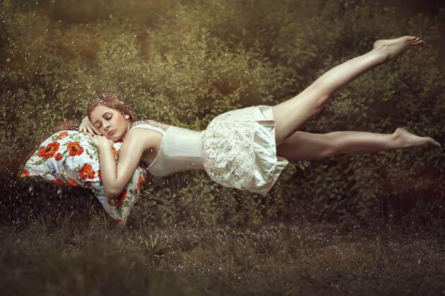 Mujer durmiendo apoyando la cabeza en un cojín de flores