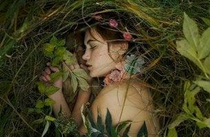 Mujer durmiendo entre arbustos