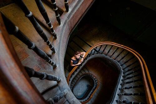 Mujer en una escalera en espiral