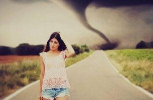Mujer evitando un torbellino