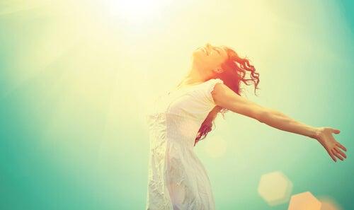 Mujer feliz saltando y disfrutando del presente