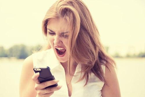 Mujer gritando a un móvil