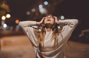 Mujer gritando en la calle sintiendo rabia