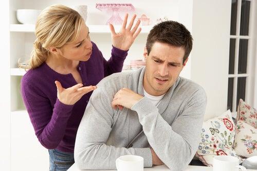 Mujer hablando a su marido mientras él se calla