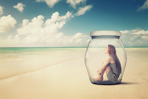 Mujer introvertida en el interior de un bote de cristal