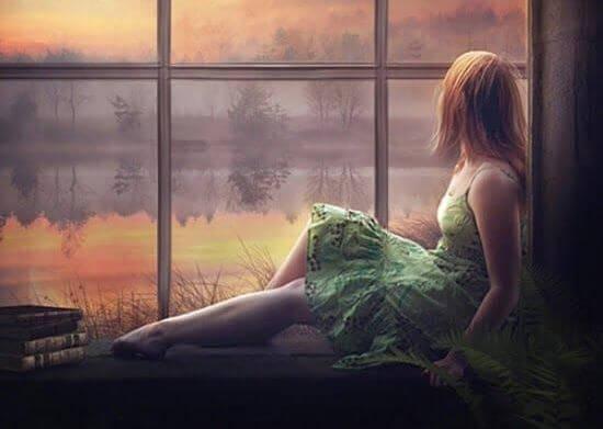 Mujer tumbada mirando por la ventana