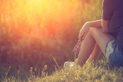 Mujer pensando al aire libre