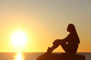 Mujer pensando viendo el amanecer