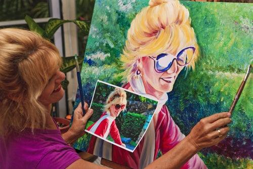 Mujer pintando un cuadro feliz