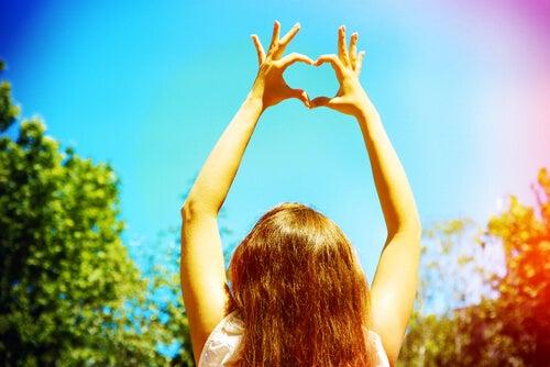 Mujer poniendo las manos con forma de corazón