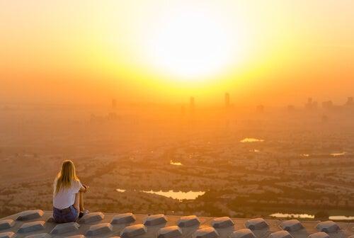 Mujer solitaria observando el amanecer