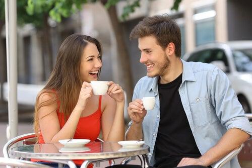 Mujer y hombre hablando mientras toman un café