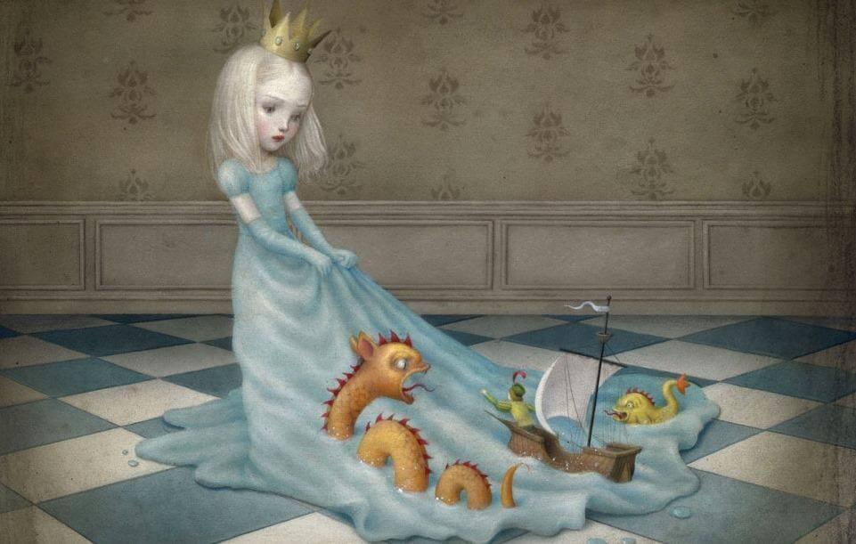 Niña con una corona de princesa arrastrando juguetes en su vestido