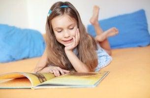 Niña leyendo cuentos de hadas