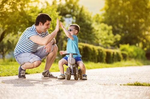 Niño chocando la mano con su padre