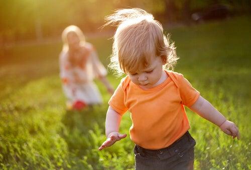Niño dando sus primeros pasos en el campo