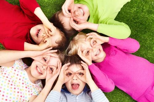Niños jugando juntos tumbados fomentando el valor de la solidaridad