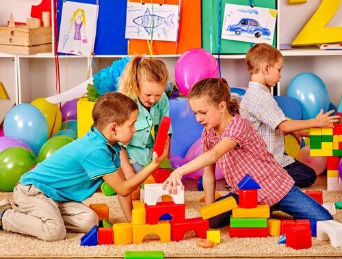 Niños jugando juntos
