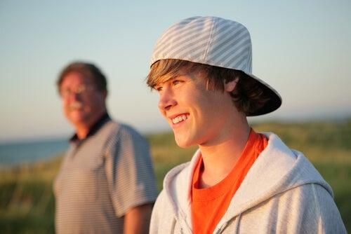Padre con su hijo adolescente en el campo