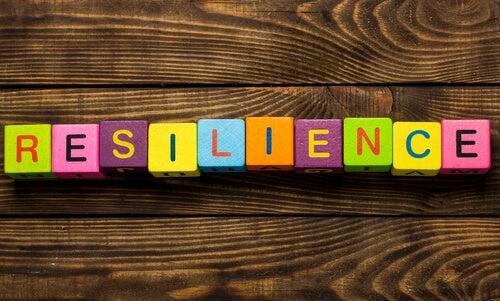 Palabra resiliencia en cubos de colores