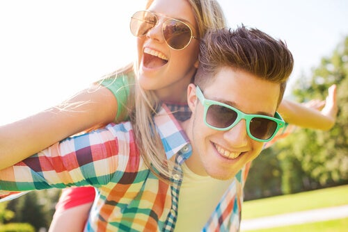 Pareja de adolescentes con gafas de sol