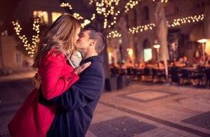 Pareja feliz besándose en la etapa de limerencia