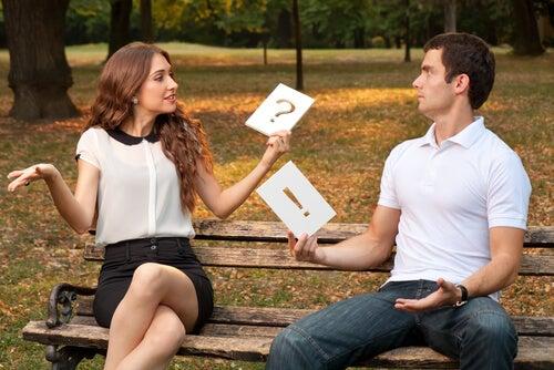 Pareja sentada en un banco sin entenderse por problemas de comunicación