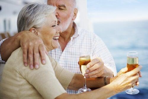 Personas mayores sintiéndose jóvenes bebiendo champan