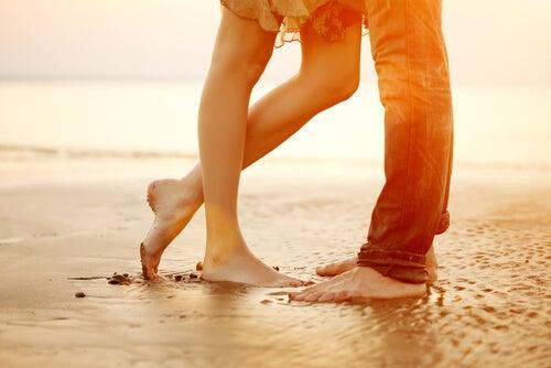 Pies de una pareja en la playa