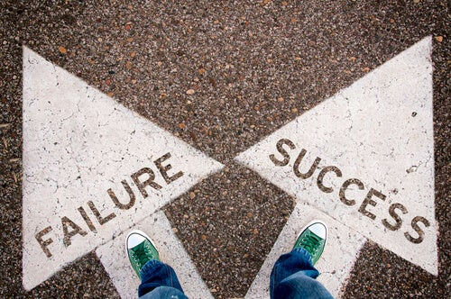Pies pisando las flechas del éxito y del fracaso