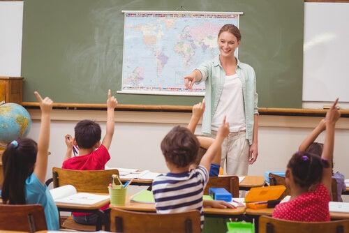 Profesora influyendo a sus alumnos por el efecto Pigmalión