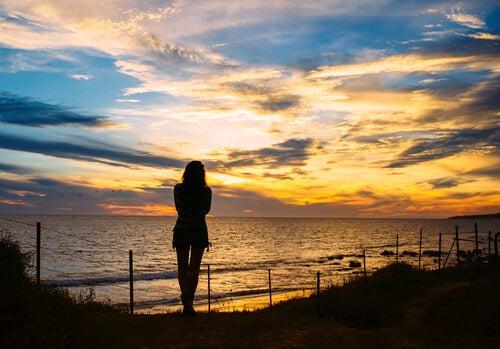 Silueta de mujer frente al mar