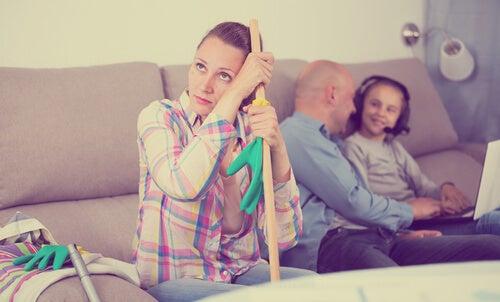 ama de casa agobiada con su familia
