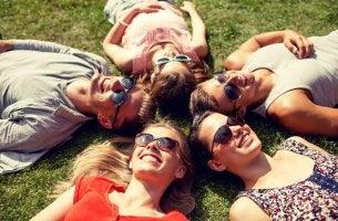 Buenos amigos sonriendo