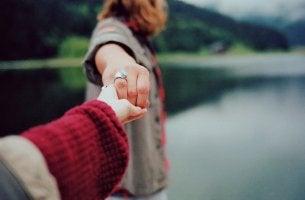 pareja de la mano separándose
