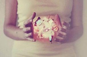 Chica con mariposas en la mano represntando lo bueno