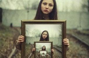 chica con su imagen repetida varias vecces