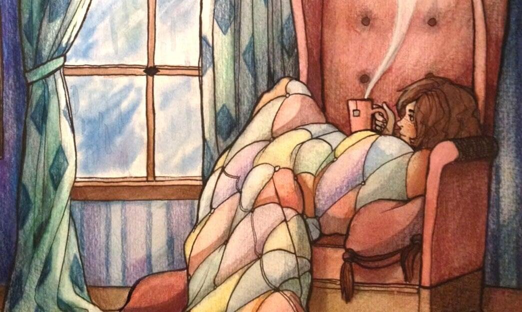 chica sentada en el sofá con una taza