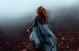 mujer corriendo con un vestido azul
