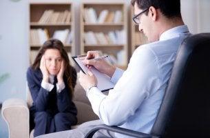 Psicólogo pasando consulta