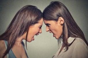 Dos mujeres sintiendo la ira y el odio