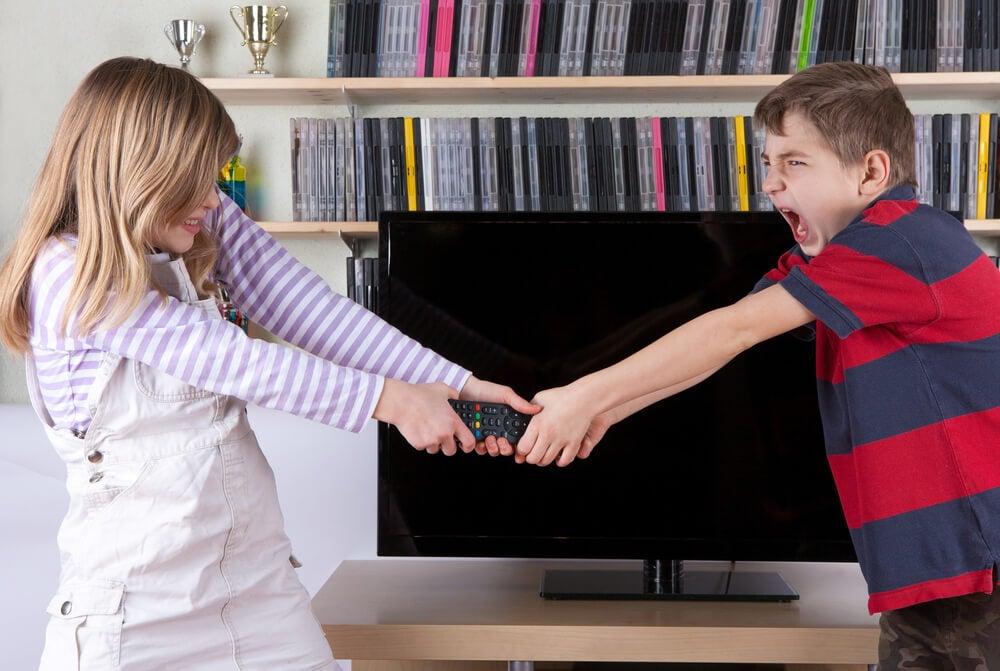 Hermanos peleando por el mando de la televisión
